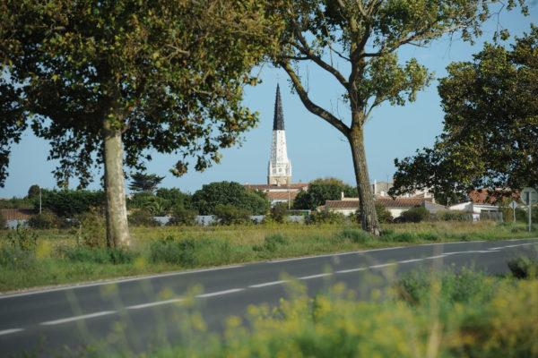 Circulation sur la route entre Ars-en-Ré et Saint-Clément. Tourisme sur l'île de Ré. Ars-en-Ré le 13 08 2011. PHOTO XAVIER LEOTY