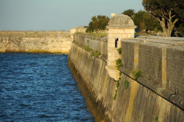 Les remparts du port de Saint-Martin-de-Ré au couché du soleil. Tourisme sur l'île de Ré. Le 16 08 2011. PHOTO XAVIER LEOTY